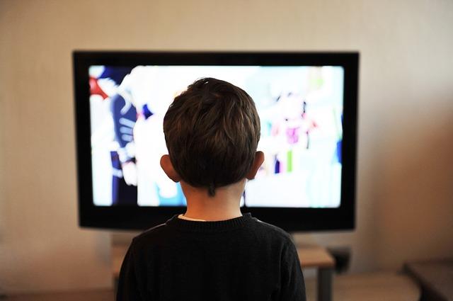 chlapec u televize