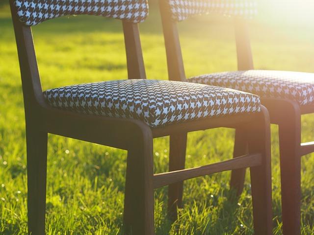 židle na trávě