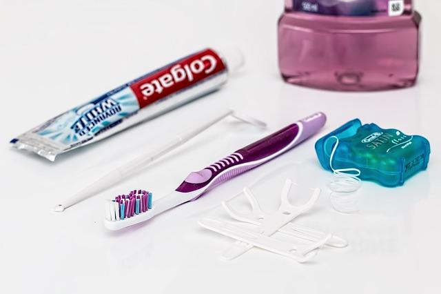 zubní pasta, zubní kartáček a dentální nit