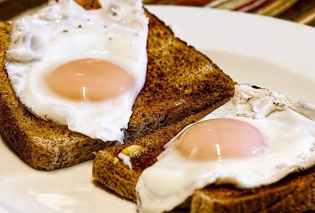 smažená vejce s topinkami