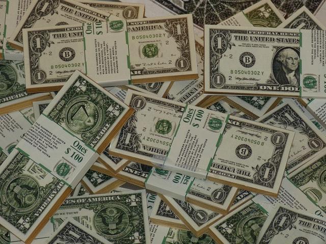 hromada balíčků amerických peněz.jpg