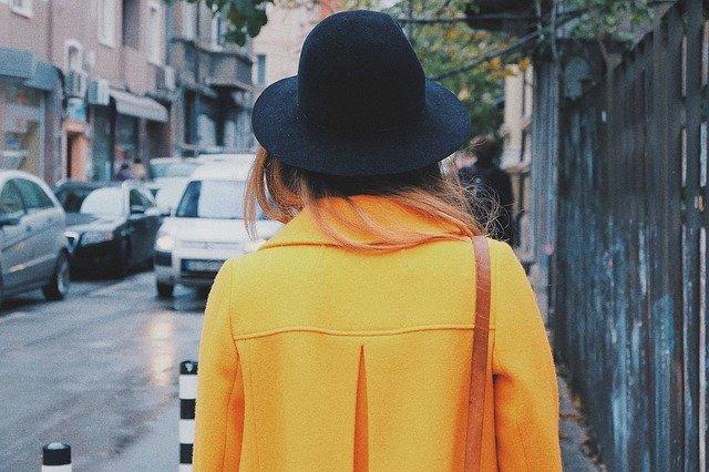 žena v hořčičně žlutém kabátě