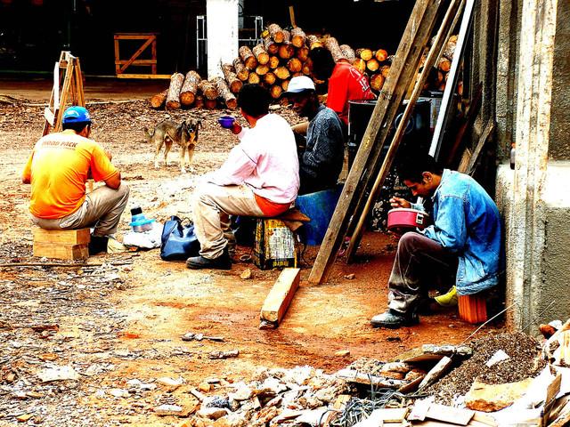 pracovníci užívající si pauzu na stavbě