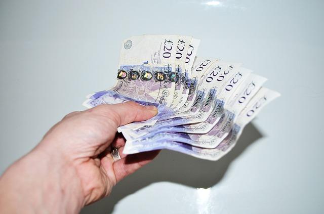 vějíř bankovek v ruce, 20 liber